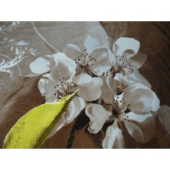 Коричневый с белым цветком