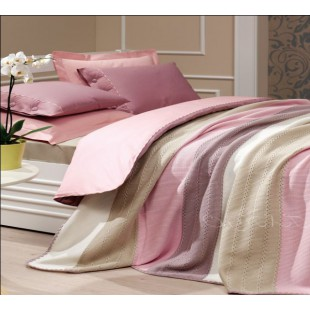 Постельное белье из сатина и вязаное покрывало в бежево-розовой гамме