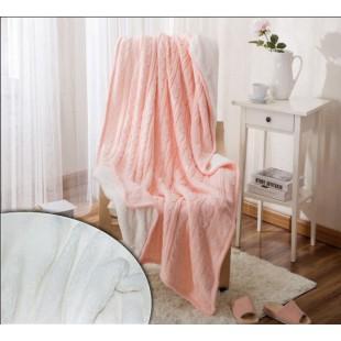Вязаный плед розового цвета на плюшевой подкладке