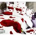 Сатиновое белое постельное белье с лепестками красных роз